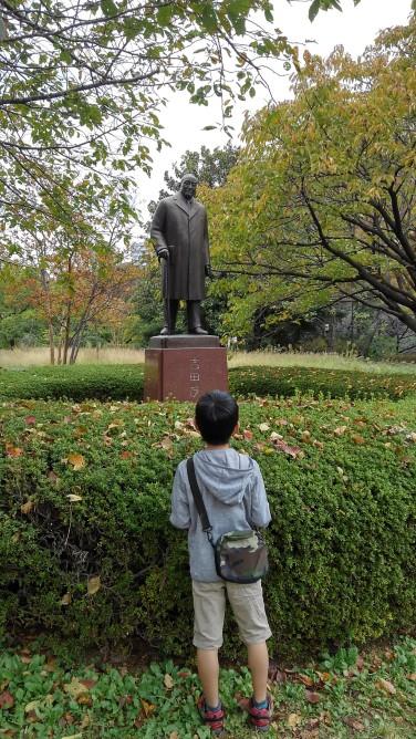 吉田茂氏の銅像がやさしくほほえんでいます。
